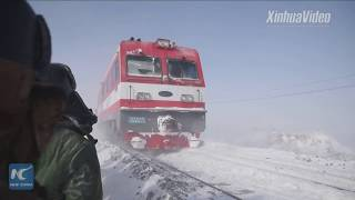 Workers weather through blizzards to build railway in Xinjiang