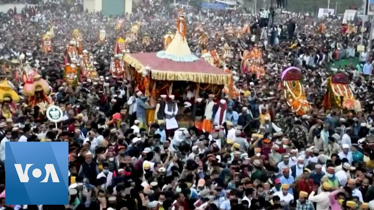 Huge Crowds Gather in Northern India to Celebrate Hindu Festival