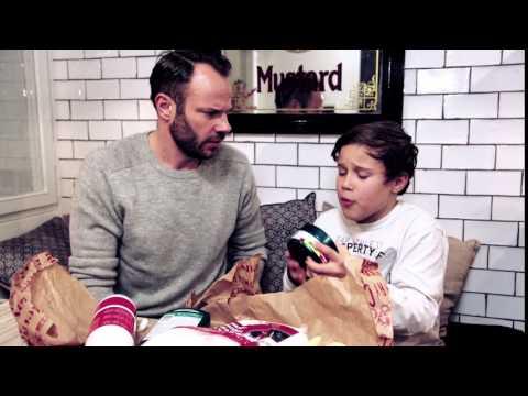 David Hellenius ger sonen Leo ett vaxningspaket