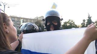 Девушка флагом ОМОН.