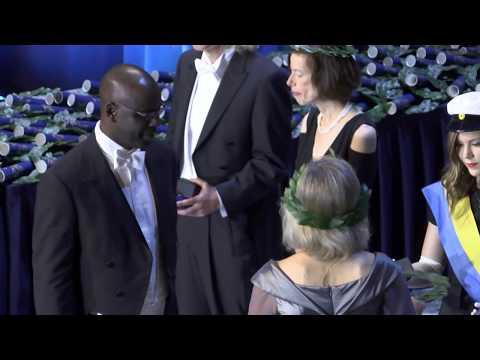 """""""En underbar uppmuntran"""" – Hedersdoktor Lilian Thuram mottog utmärkelsen och knäböjde"""