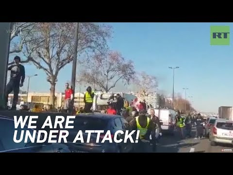 French police van violently stoned by Yellow Vest protesters