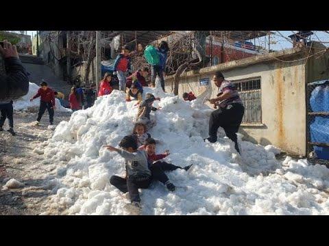 Belediye kamyonlarla kar getirdi, hem çocuklar hem yetişkinler eğlendi