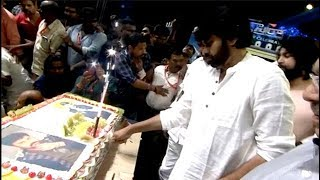 కేకు కట్ చేస్తున్న పవన్ కళ్యాణ్ ..Pawan Kalyan CUTTING Cake At Chiranjeevi Birthday Celebrations