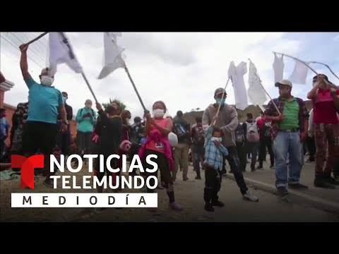 Niños de la caravana migrante ondean banderas blancas y piden el cese de la represión policial