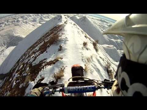 Nevjerojatna vožnja sa motorom na vrhu planine – Video klip