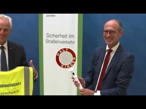 Sicher zur Schule: Das Bayernwerk stattet Schülerlotsen mit Sicherheitskleidung aus