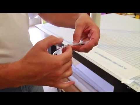 Видео: как снять буквы и эмблему с автомобиля и приклеить их обратно.