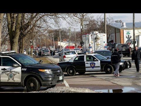 Nổ súng trong hãng ở Illinois, 6 chết, 5 cảnh sát bị thương