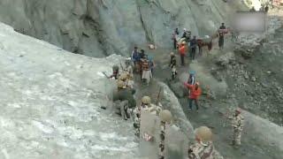 Paramilitary jawans form shield to protect Amarnath yatris from stones