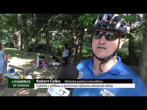 Cyklisté spřilbou a povinnou výbavou dostávali dárky