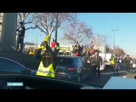 Politieagenten filmen hoe ze bekogeld worden door gele hesjes - RTL NIEUWS