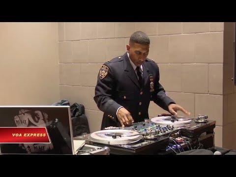 Ngôi sao DJ ở sở cảnh sát New York (VOA)