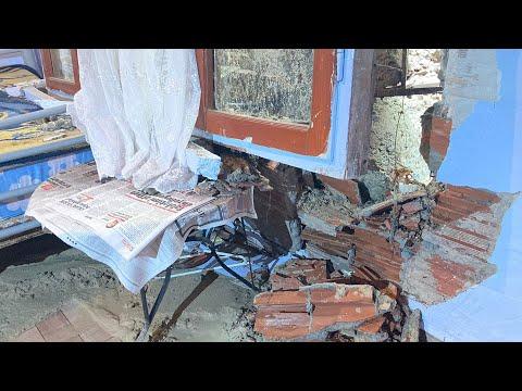 Arnavutköy'de binanın devrilen istinat duvarı gecekonduyu yıktı