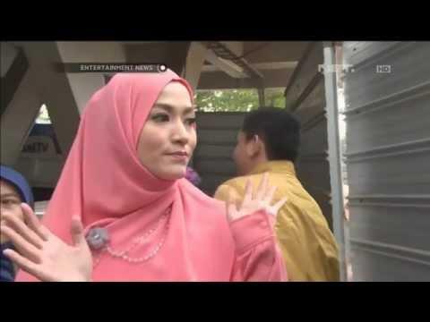 Entertainment News - Geluti Bisnis Baju Hijab