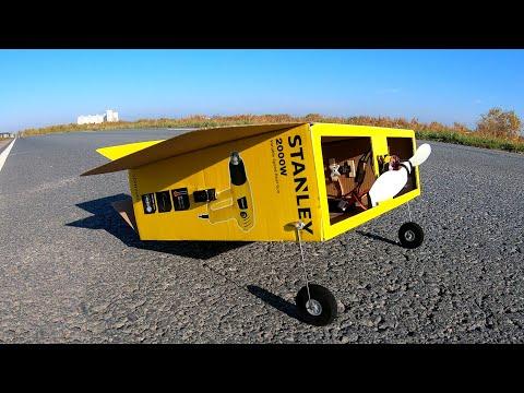 karton kutudan uçan uçak  yapıyor