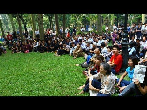 Người dân đến viếng Tướng Giáp ở Hà Nội