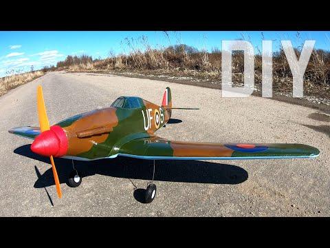 adam  Hawker Hurricane Uçak yapıyor