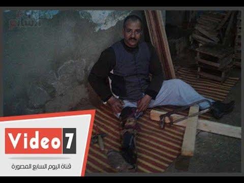 موظف يتحدى إعاقته ويصنع أقفاص طيور وكراسى خشب لبيعها فى سوهاج