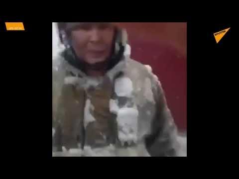 Yakutistan'da itfaiyeciler eksi 55 derecede buz tutan kıyafetlerini çekiçle çıkarıyor