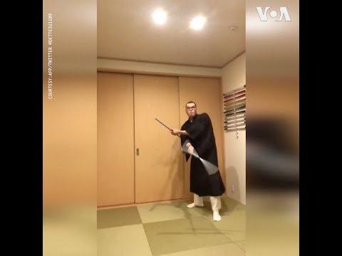 Nhà sư Nhật tung hứng để chứng minh mặc pháp phục không gây nguy hiểm khi lái xe (VOA)
