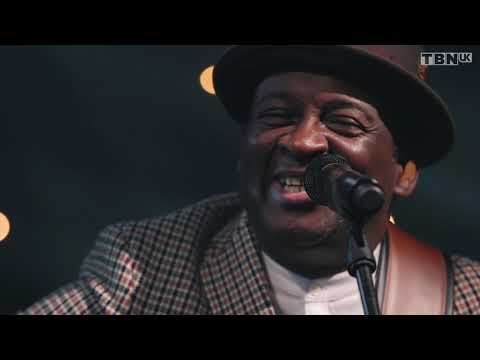 Noel Robinson - Silent Night (Official Live Video)