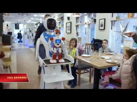 Robot bồi bàn biết nhảy và pha trò (VOA)